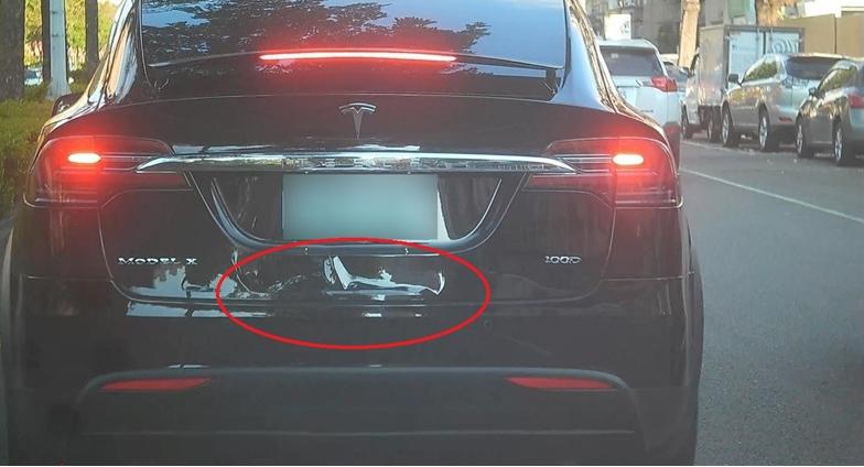 前車煞車後,後車筆直撞上後車尾,造成前車車損。(特派員林惠貞翻攝)