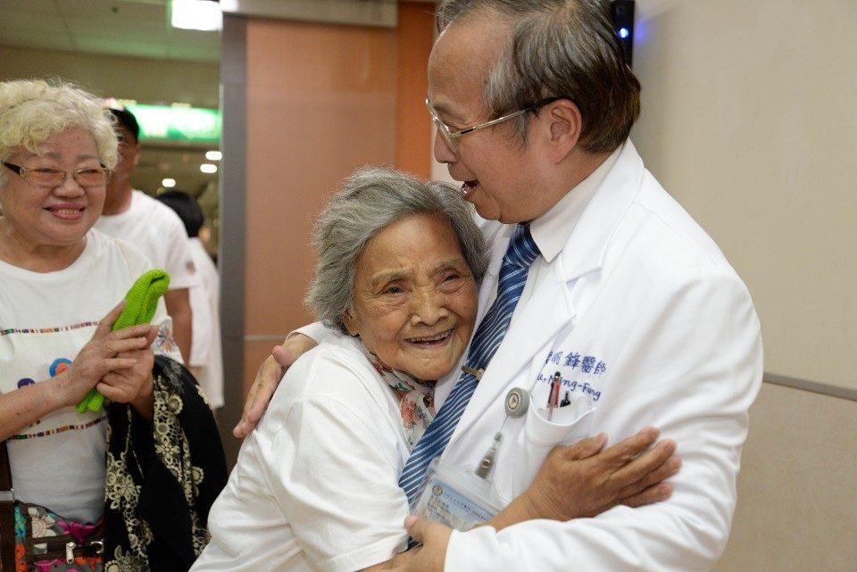 娜麓灣原民長者見到侯明鋒(右)高興得緊緊抱著。圖/高雄醫學大學附設中和紀念醫院提供