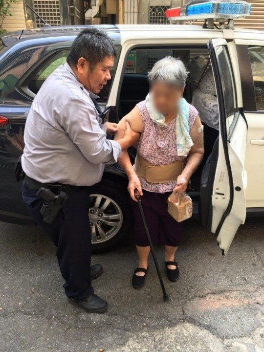 年邁老婦體力不佳 暖心鳳警協助返家。(記者張文晃翻攝)