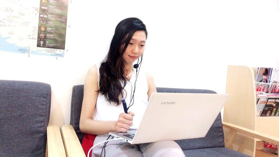 現代人生活忙碌,透過英文線上平台學習,以利用零碎的時間,一對一會話,24小時英語家教,減少不被時間綁住的壓力。記者詹美子翻攝)