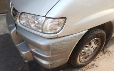 碰!聞聲奪門見2臺愛車遭撞 車主傻眼 。(記者陳金泉翻攝)
