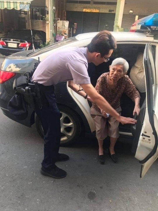 老婦迷途 警徒步陪其返家。(記者張文晃翻攝)