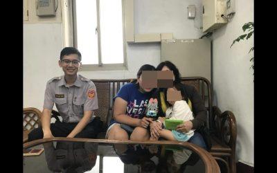 警員吳柏緯與民眾合影 。(記者張文晃翻攝)