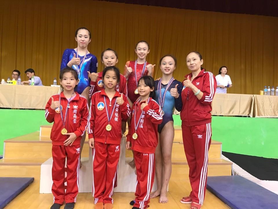 金門體操隊穿金戴銀披銅為縣爭光。(記者吳旻高翻攝)