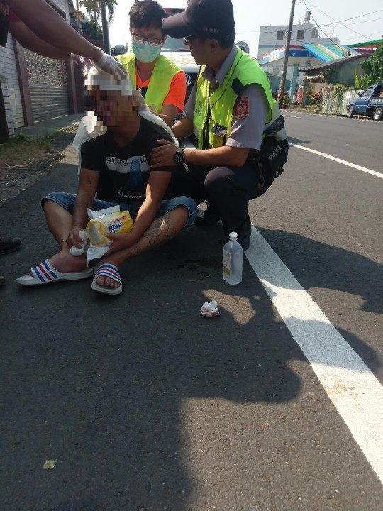 頭部流血沿路行走 嚇壞路人 古坑警及時救援。(記者蘇杉郎翻攝)