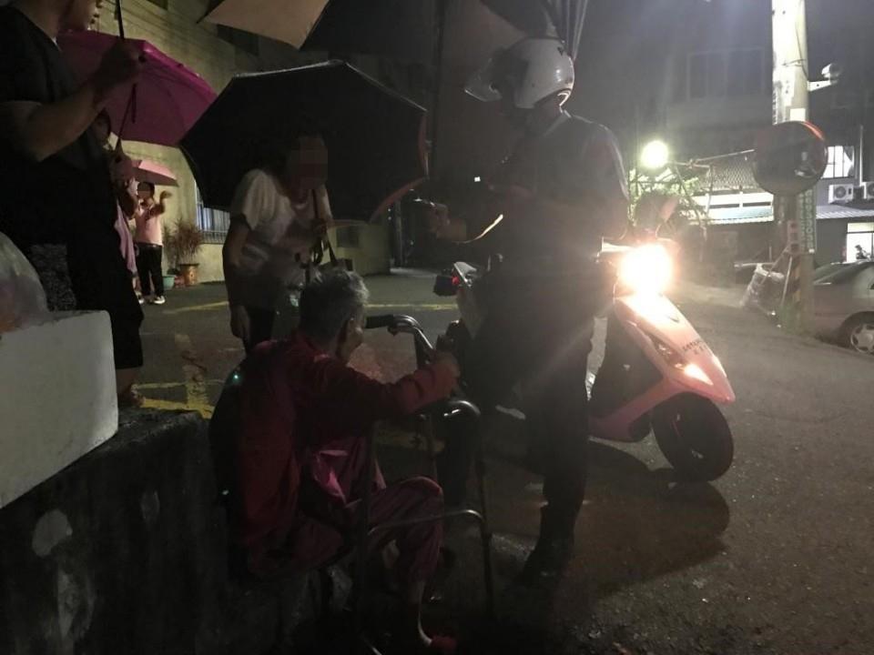 7旬老翁跌坐在地 湖街警當司機助其返家。(記者潘嵩仁翻攝)