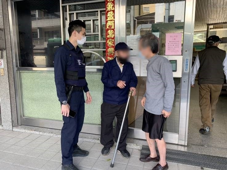 九旬老翁散步迷途街頭 暖心女警助返家。(記者林志強翻攝)