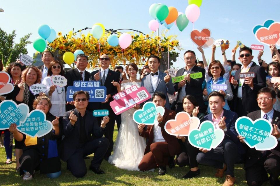 力推高雄愛情產業 韓國瑜化身浪漫遊艇婚禮證婚人。(記者劉明吉翻攝)