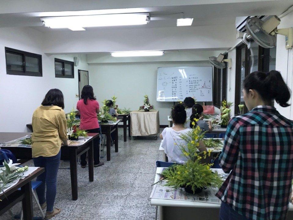 勞工大學花藝設計課程。(記者白信東翻攝)