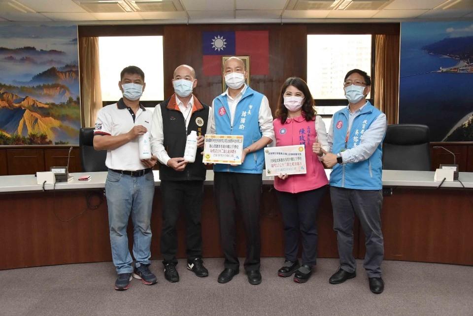 感謝熱心企業捐助防疫物資 韓國瑜重申校園防疫重要性。(特派員林惠貞翻攝)