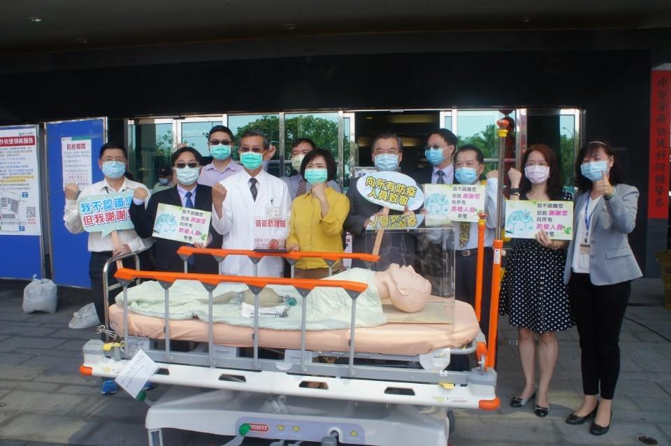 暖心企業動起來自製插管防護箱贈中市九醫療院所。(記者張越安翻攝)