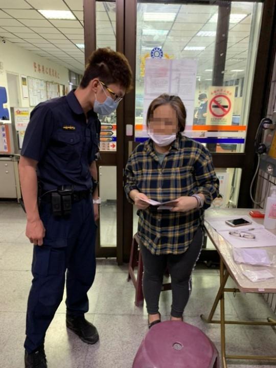 暖警服務不分國籍 印尼女看到臺灣最美風景。(記者劉明吉翻攝)