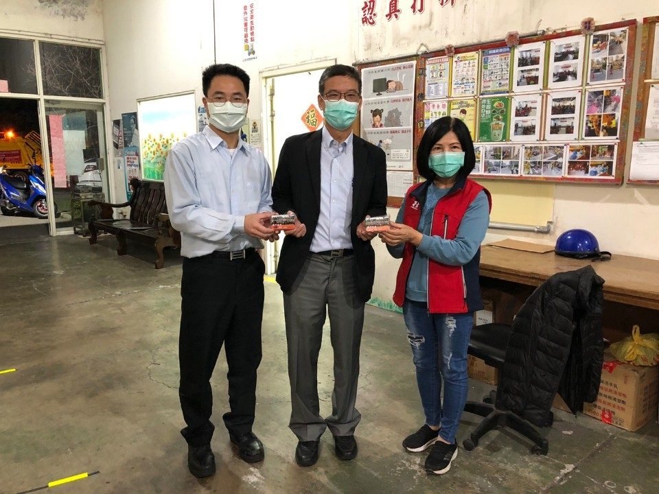 環保局長吳志超將額溫卡給中市清潔隊員。(記者張越安翻攝)