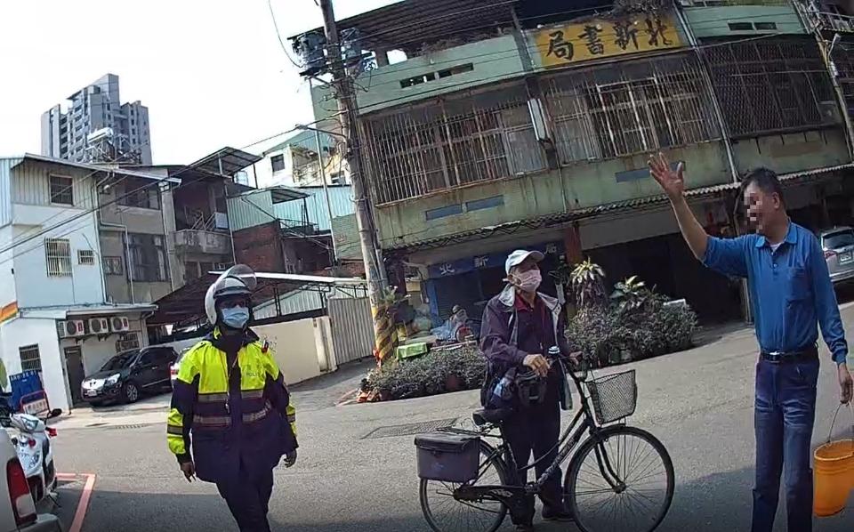 盲聾男子驚險記 警訪善鄰助安歸。(記者林俊維翻攝)