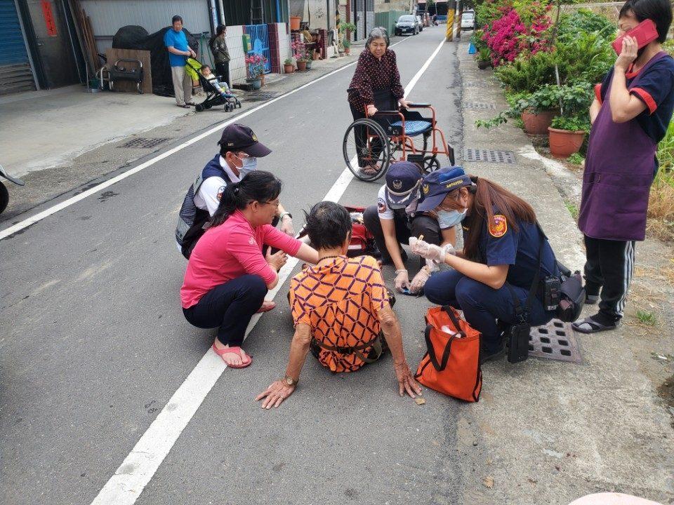 老婦散步路倒受傷 警到場協助送醫治療。(特派員林惠貞翻攝)