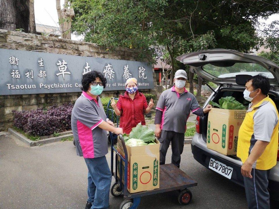 衛生福利部草屯療養院認購東埔高麗菜。(記者陳金泉翻攝)