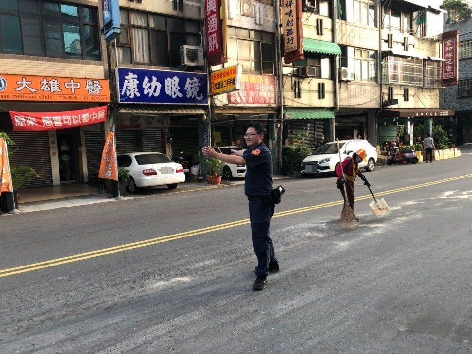 警員林宥洧協助清潔人員照片。(特派員林惠貞翻攝)