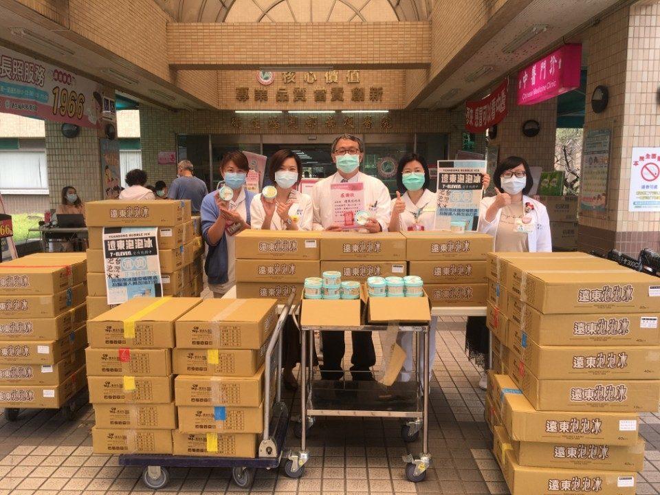 遠東泡泡冰捐贈兩千五百杯冰品 慰勞南投醫護人員。(記者陳金泉翻攝)
