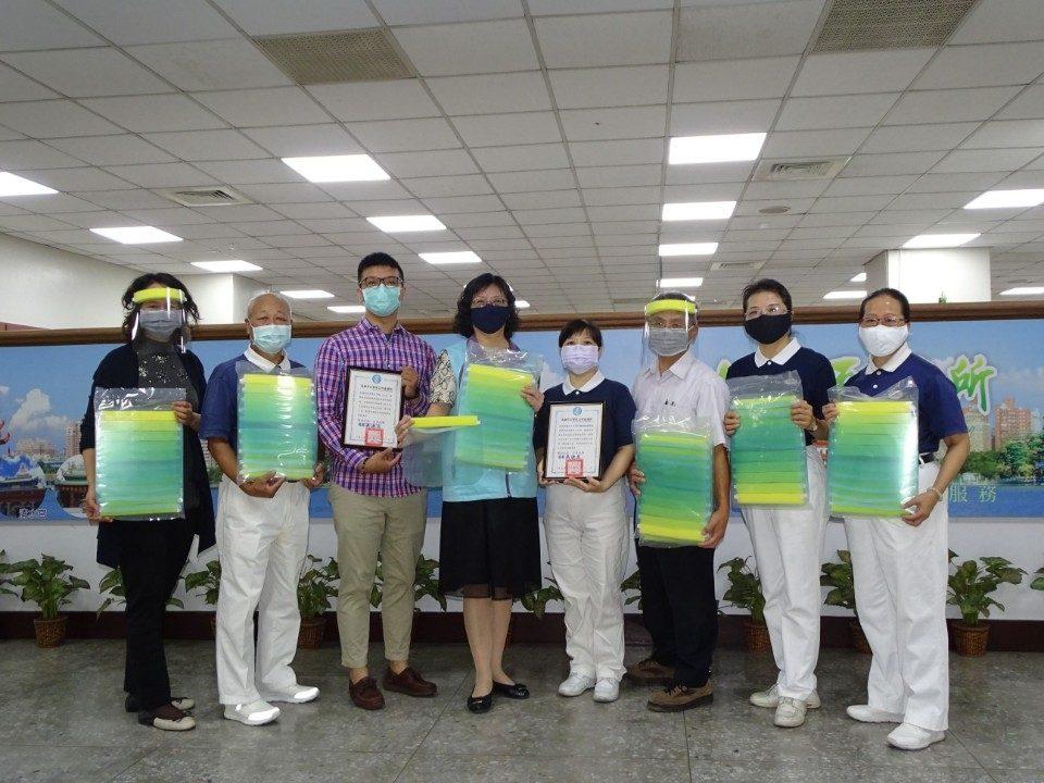 隆陞慈濟共獻愛 贈左營區公所一線防疫人員面罩。(記者劉明吉翻攝)