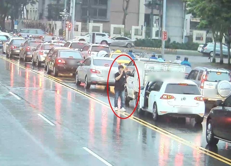 倒退嚕撞後車 駕駛先道歉再裝無辜 警調監視器秒打臉!。(記者陳信宏翻攝)