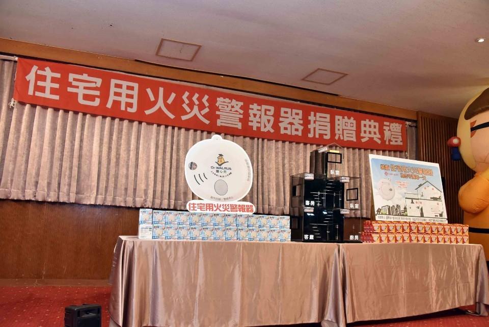 家裝住警器安全有保庇!韓國瑜感謝捐贈並推廣安裝。(記者劉明吉翻攝)