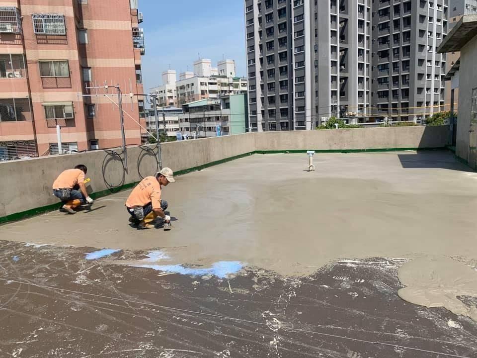 工程施作防水層。(記者張越安翻攝)