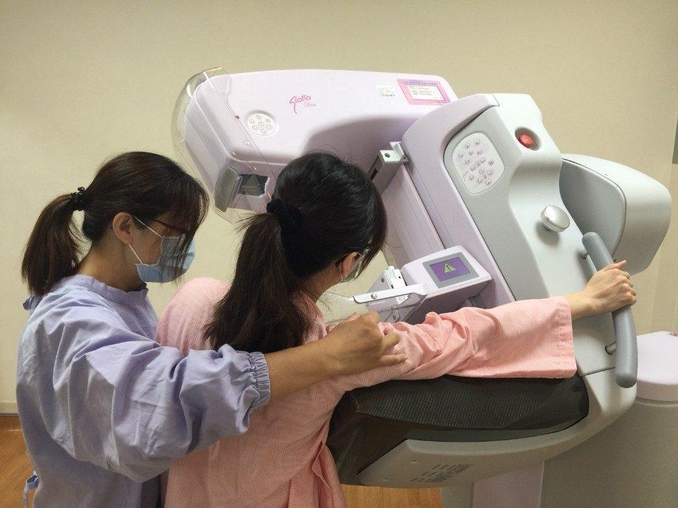 怕痛抗拒檢查 南投醫院更新乳攝儀 減少痛感。(記者張光雄翻攝)