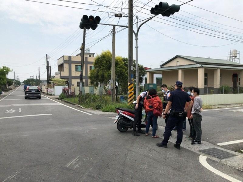 操作不慎路口自摔 阿蓮警消迅速到場協助獲讚賞。(記者劉明吉翻攝)