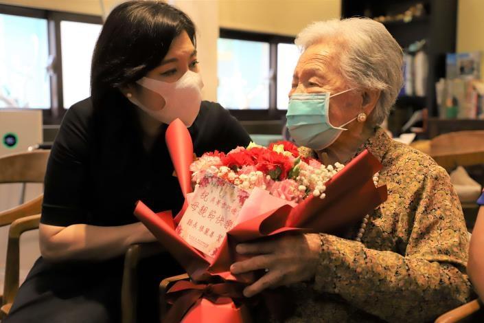 母親節將屆 張麗善親訪百歲人瑞、自強阿嬤獻上祝福。(記者張達雄攝影)