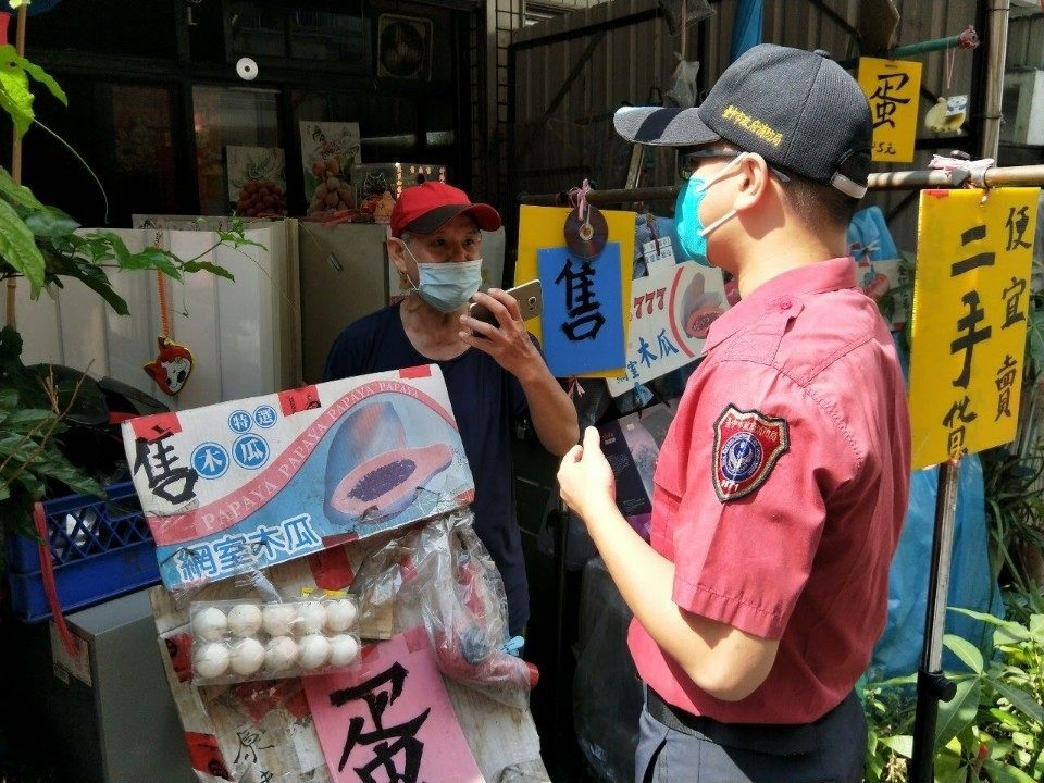 消防局執行勤務時,消防人員都會穿著消防制服。(記者林俊維翻攝)