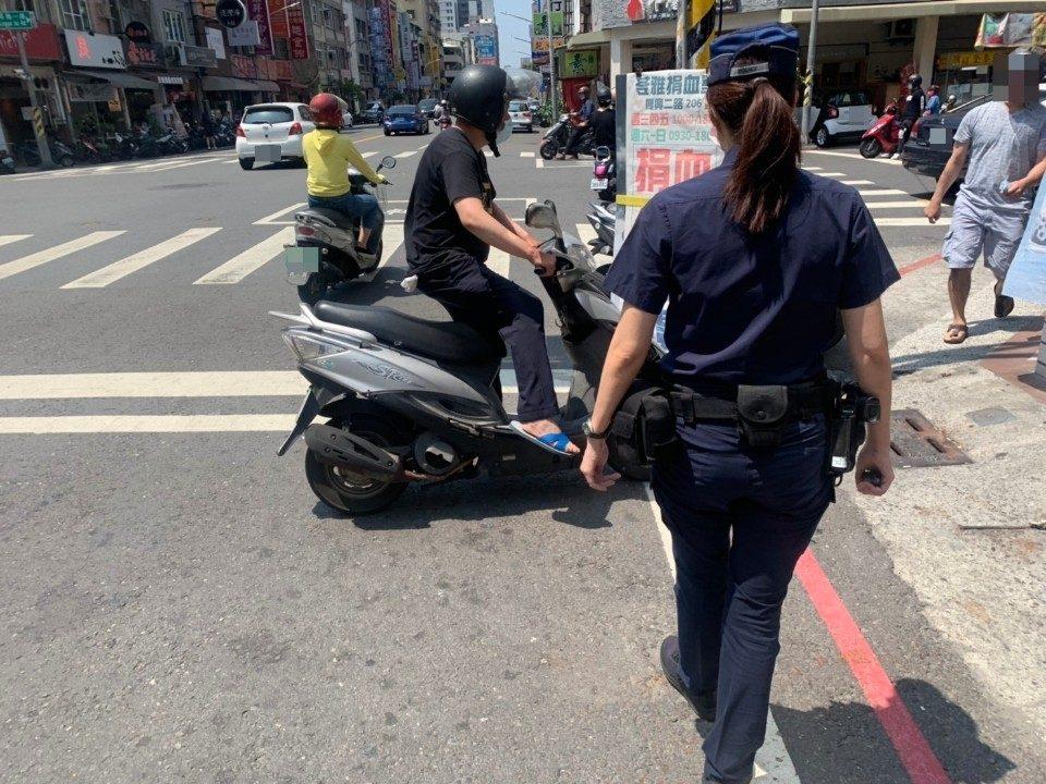 警員許修齊前往處理照片。(特派員林惠貞翻攝)