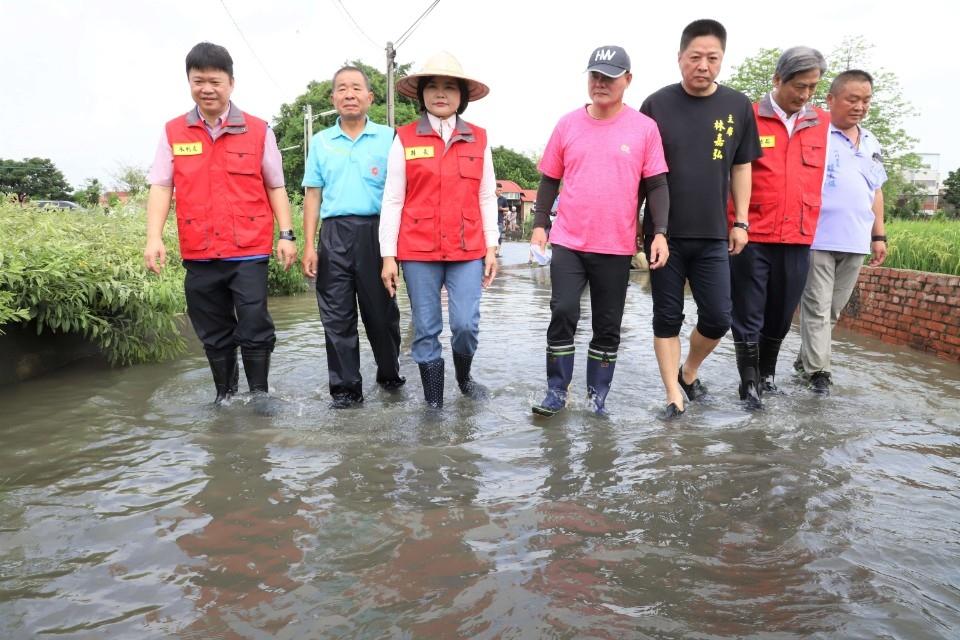 豪雨侵襲 縣長張麗善勘查虎尾鎮堀頭里淹水災情。(記者張達雄攝影)