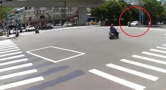 車前突現三寶騎士 擦撞離去竟稱是對方已同意。(記者林俊維翻攝)