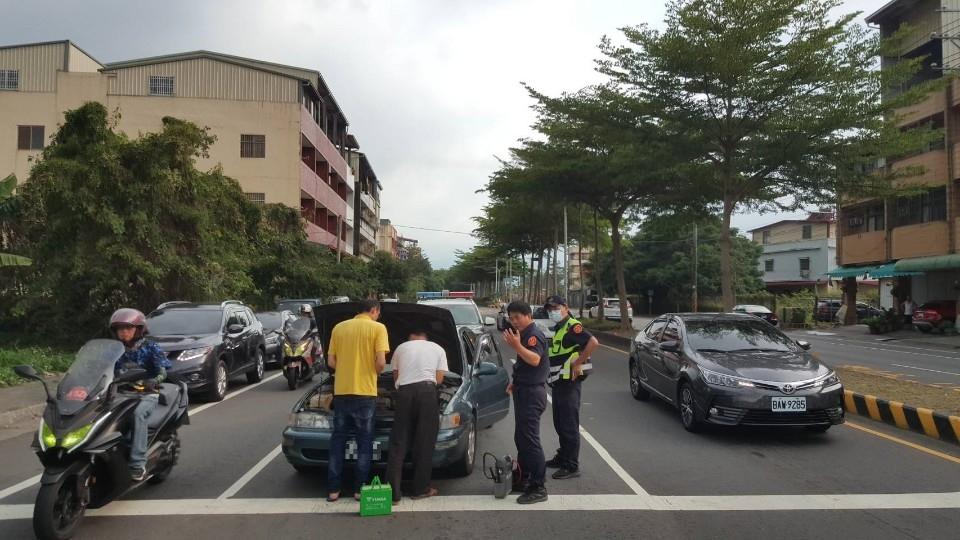 車輛拋錨停路中 警民暖心救援。(記者張越安翻攝)