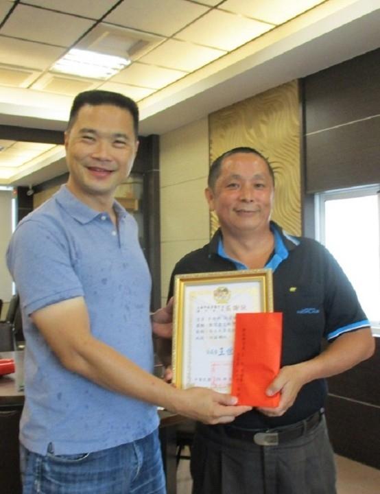付出職涯32年予同單位 湖內分局活字典李榮興榮退。(記者劉明吉翻攝)