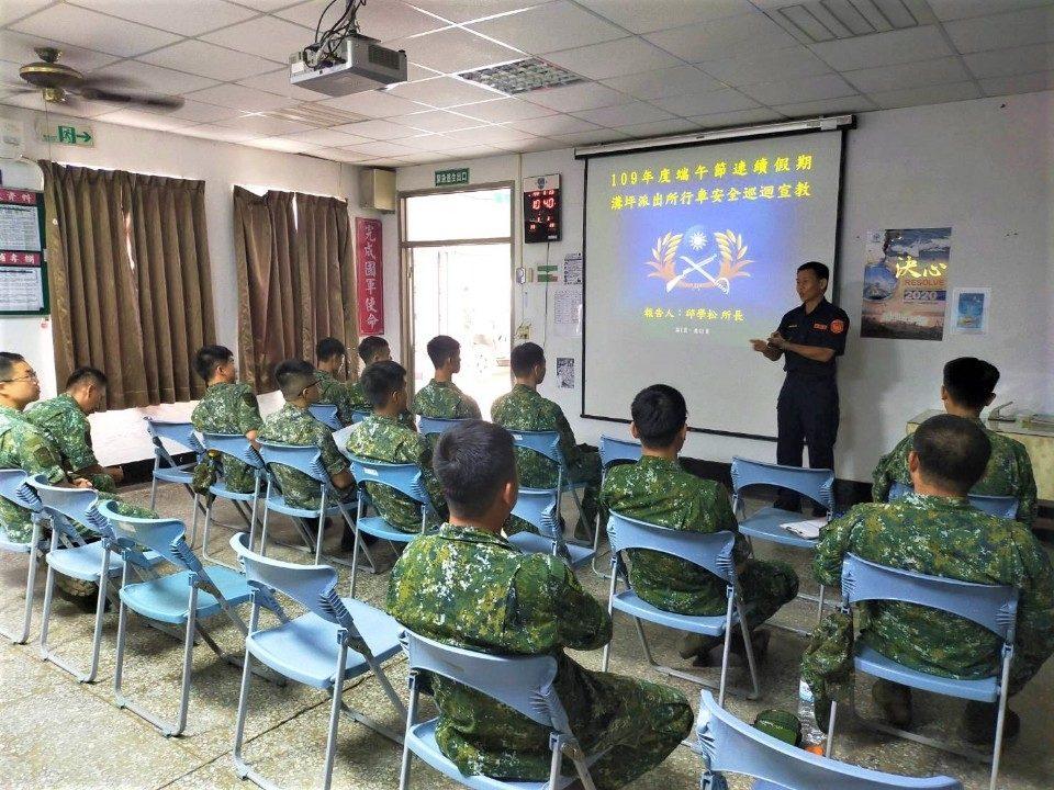 旗山警進營區宣導反毒品、拒酒駕及交通安全。(特派員林惠貞翻攝)