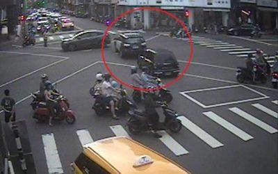 男童昏倒父攔警車求援 警狂飆開道送醫。(記者陳信宏翻攝)