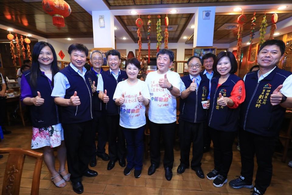 盧市長、陳部長與各區公所同仁合影。(記者林俊維翻攝)