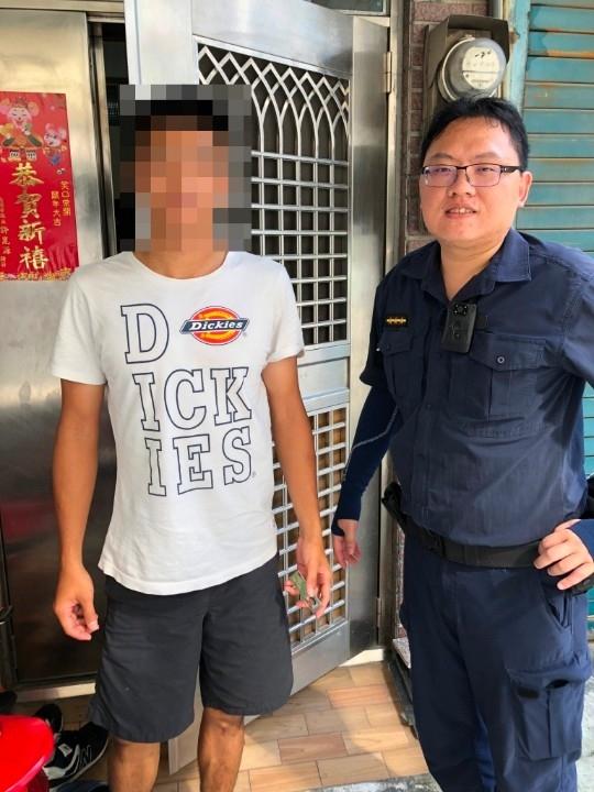 警員林宥洧與民眾合影。(特派員林惠貞翻攝)