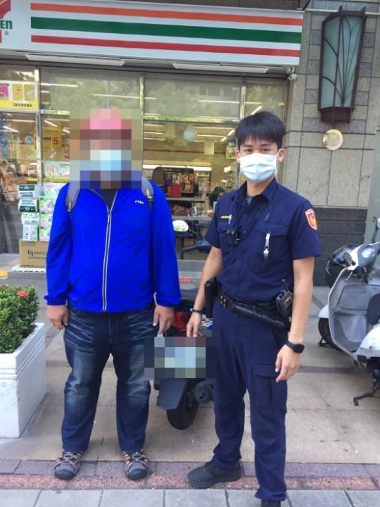 警員王奕敦與民眾合影。(記者劉明吉翻攝)