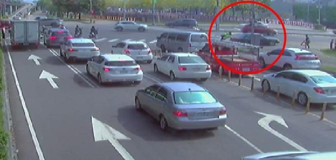 車輛拋錨冒煙卡路中 勇警即刻救援助解圍。(記者張越安翻攝)