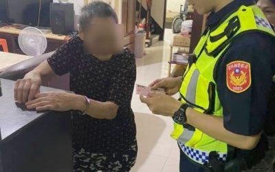 失智婦外出迷途街頭徘徊 民眾警察熱心協助解虛驚。(記者蘇杉郎翻攝)