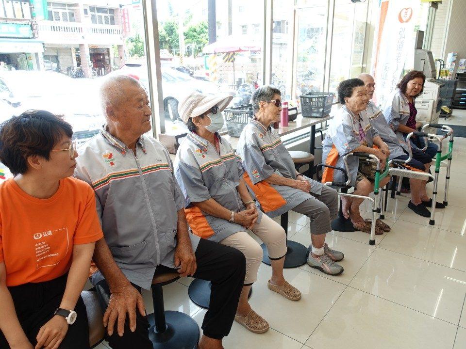 弘道統一提供 (2) 長輩們開始前專心的聽工作人員說明流程。(記者張越安翻攝)