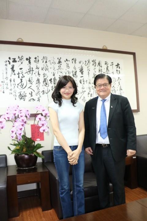 洪明奇校長祝賀郭欣茹副教授榮獲今年全國傑出通識教育教師獎殊榮。(記者高秋敏翻攝)