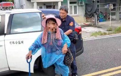 老婦雨中拄柺行走 暖警協助送返家。(特派員林惠貞翻攝)