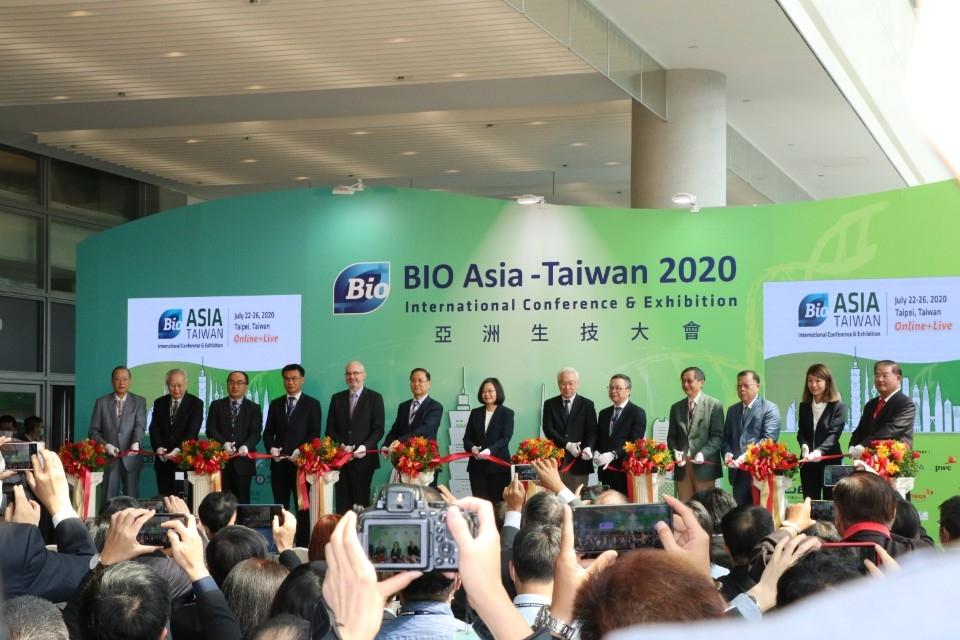 蔡長海董事長(左一)獲邀主持『2020亞洲生技大展』揭幕式。(記者高秋敏翻攝)