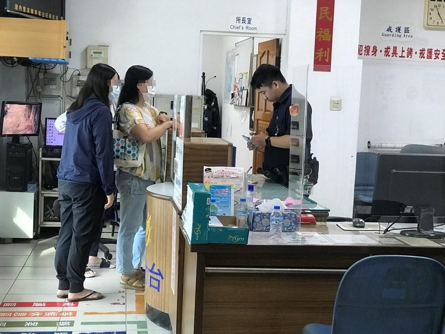 警協助找回上萬元現金 7旬婦開心直呼「有拜有保庇」。(特派員林惠貞翻攝)