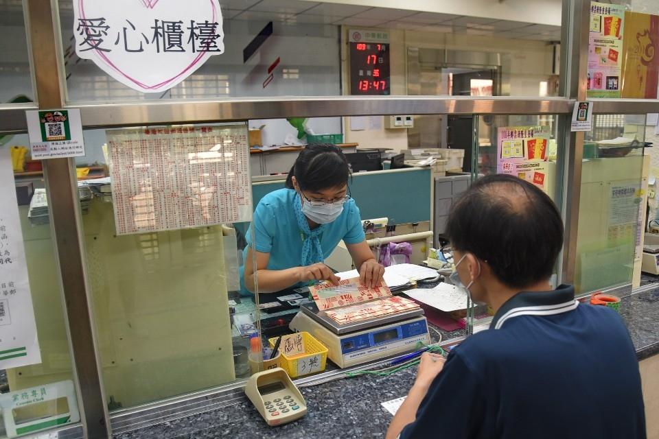 領取振興三倍券 持健保卡郵局直接辦理。(記者陳金泉翻攝)