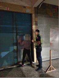 警方協助不老騎士照片。(記者劉明吉翻攝)
