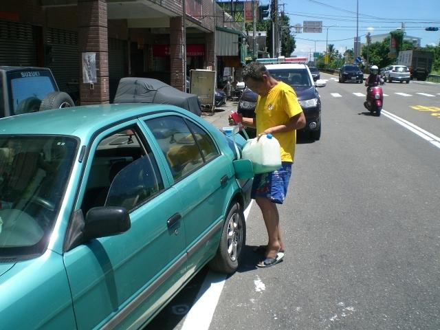汽車沒油拋錨路中 暖警掏腰包解圍。(記者劉明吉翻攝)